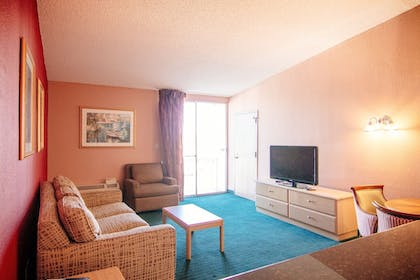 Living Area | Travelodge by Wyndham Kissimmee East