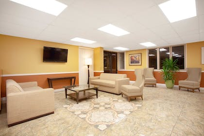 Lobby Sitting Area | Travelodge by Wyndham Kissimmee East