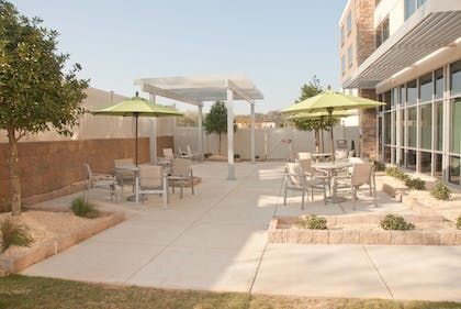 Outdoor Dining | Holiday Inn Express & Suites Decatur