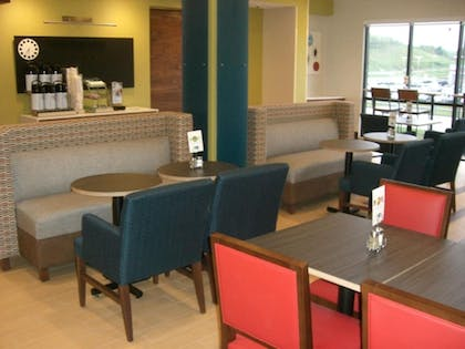 Restaurant | Holiday Inn Express & Suites Uniontown