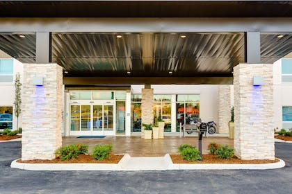 Hotel Entrance | Holiday Inn Express & Suites Russellville