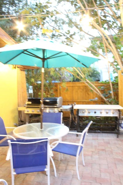 BBQ/Picnic Area | Siesta Key Palms Resort
