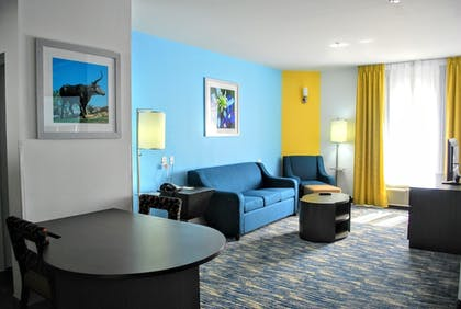 Living Area | Days Inn & Suites by Wyndham Lubbock Medical Center