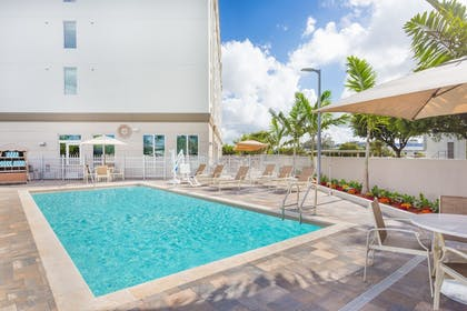 Outdoor Pool | Wingate By Wyndham Miami Airport