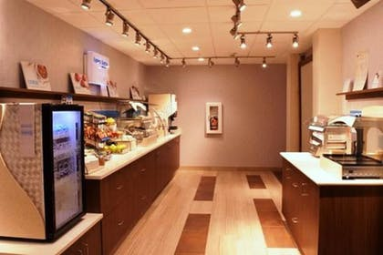 Breakfast Area | Holiday Inn Express & Suites Kingston-Ulster