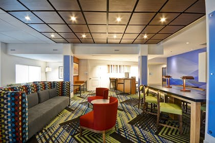 Lobby | Holiday Inn Express Evansville