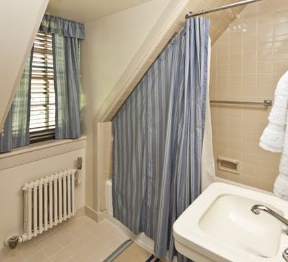 Bathroom | The Colonial Houses - A Colonial Williamsburg Hotel