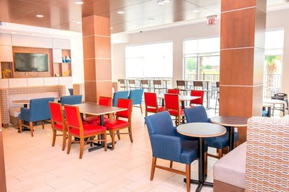 Lobby Sitting Area | Holiday Inn Express & Suites Houston IAH - Beltway 8