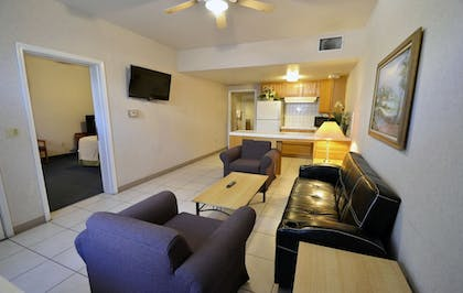 Living Room | Garden Inn and Suites