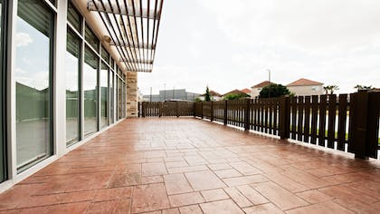 Terrace/Patio | Holiday Inn Express & Suites Houston SW - Galleria Area