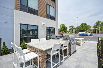 Outdoor Dining | Towneplace Suites Cranbury South Brunswick