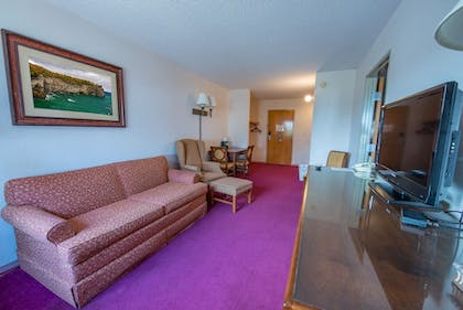 Living Room | Pictured Rocks Inn & Suites