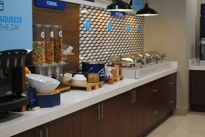 Breakfast Area | Holiday Inn Express & Suites Columbia City