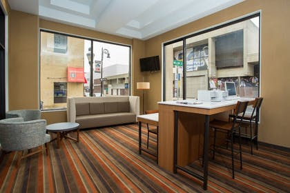 Living Area | Holiday Inn Express Springfield Downtown