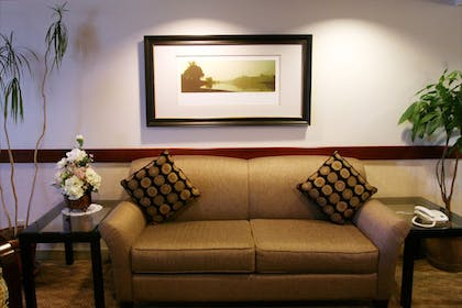 Lobby Sitting Area | Quality Inn and Suites Everett