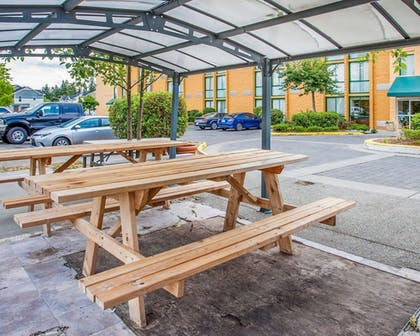 Outdoor Dining | Quality Inn and Suites Everett