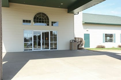Hotel Front | Boarders Inn & Suites by Cobblestone Hotels - Shawano