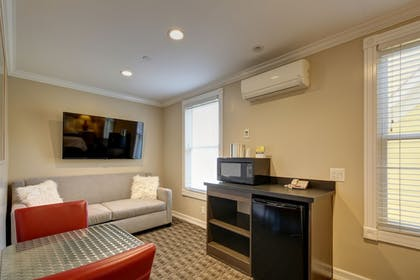 Living Area | Glenmore Plaza Hotel