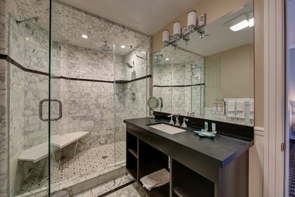 Bathroom | Glenmore Plaza Hotel
