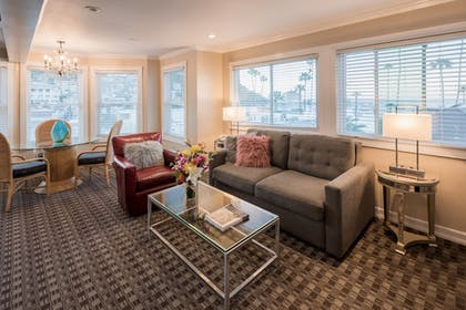 Living Room | Glenmore Plaza Hotel