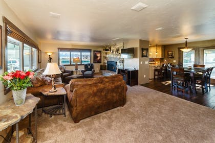Living Area | Best Western Plus Flathead Lake Inn And Suites
