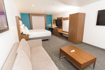Guestroom | Holiday Inn Express Hotel & Suites Hollywood Walk of Fame