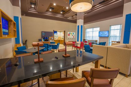 Lobby | Holiday Inn Express Hotel & Suites Pasco-Tri Cities