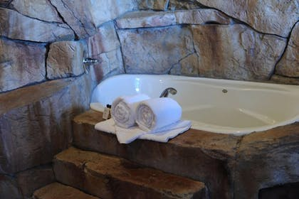 Jetted Tub | Chateau Avalon, an Ascend Hotel Collection