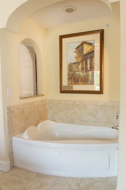 Deep Soaking Bathtub | King's Creek Plantation