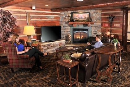 Lobby Sitting Area | Stoney Creek Hotel & Conference Center Des Moines