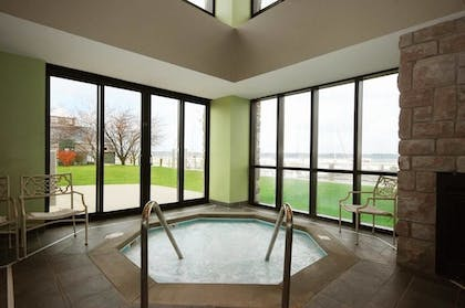 Indoor Spa Tub | Shoreline Inn & Conference Center an Ascend Collection Hotel