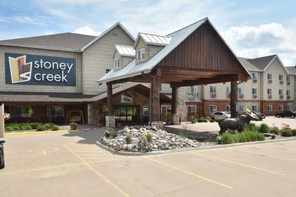 Hotel Front   Stoney Creek Hotel & Conference Center LaCrosse