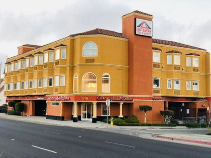 Hotel Front | Gateway Inn and Suites Hotel