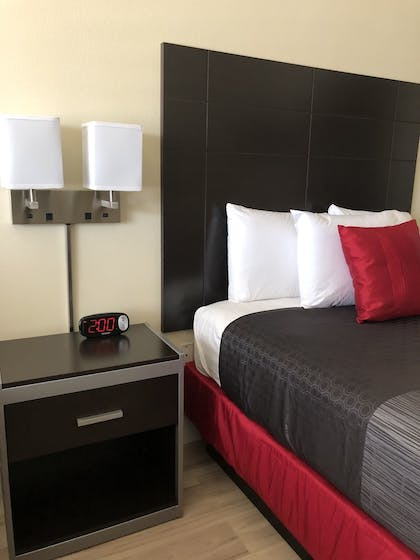 Guestroom | Gateway Inn and Suites Hotel