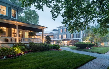 Courtyard | Chateau Inn and Suites