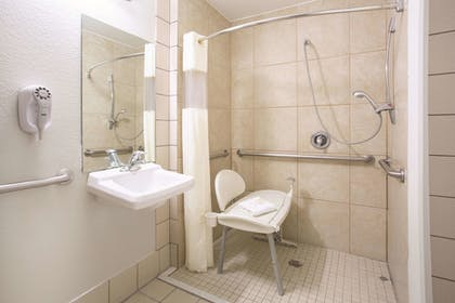Bathroom | La Quinta Inn & Suites by Wyndham Gallup