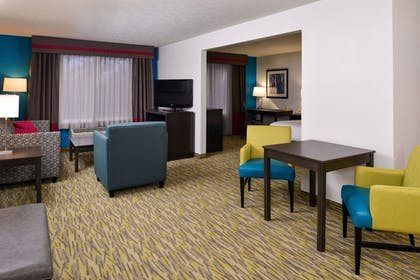 Guestroom | Holiday Inn Express & Suites Omaha West