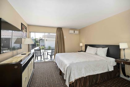 Guestroom | Lemon Tree Hotel & Suites Anaheim