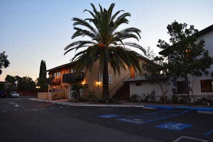 Hotel Front - Evening/Night | Lemon Tree Hotel & Suites Anaheim