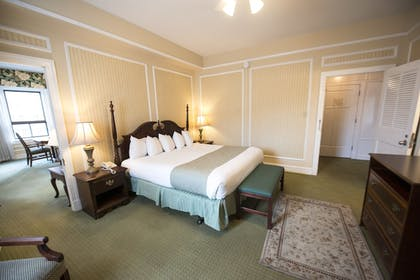 Guestroom | Arlington Resort Hotel and Spa