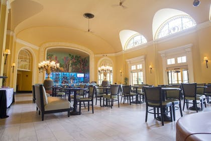 Lobby Sitting Area | Arlington Resort Hotel and Spa