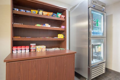 Snack Bar | Holiday Inn Express Hotel & Suites Concordia