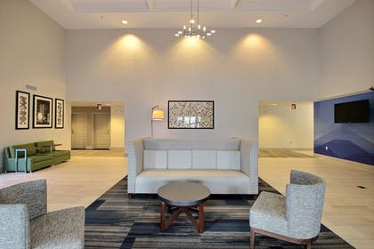 Lobby Sitting Area | Holiday Inn Express Hotel & Suites Milwaukee Airport