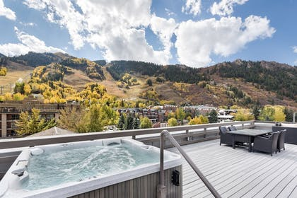 Outdoor Spa Tub   Independence Square Lodge by Frias