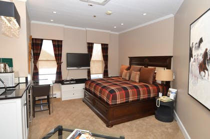 Guestroom   Independence Square Lodge by Frias