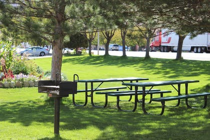 BBQ/Picnic Area | Moab Valley Inn