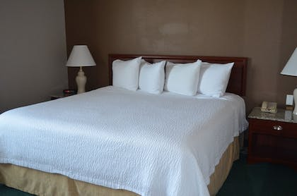 Guestroom | The Ashley Inn & Suites