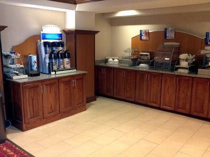 Restaurant | Holiday Inn Express and Suites Greenville