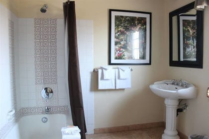 Bathroom | Solvang Gardens Lodge an Ascend Hotel Collection