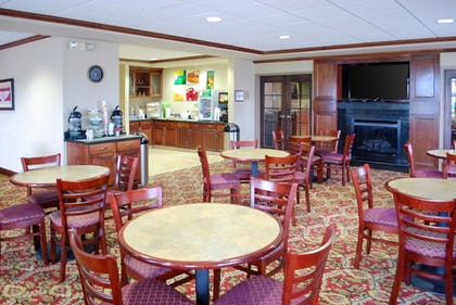 Breakfast Area   Quality Inn & Suites Airport North